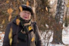 摆在冬天公园,关闭的老妇人画象  免版税库存照片