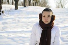 摆在冬天的女孩 免版税库存图片