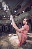 摆在剧院的跳芭蕾舞者 免版税库存图片