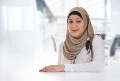 摆在办公室的阿拉伯女商人 免版税库存图片