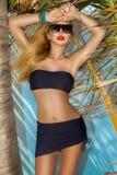 摆在加勒比海滩的比基尼泳装的美丽的性感的妇女 库存照片