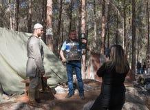 摆在北欧海盗装甲的重建`北欧海盗村庄`的访客在森林里在本Shemen附近在以色列 库存照片