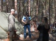 摆在北欧海盗装甲的重建`北欧海盗村庄`的访客在森林里在本Shemen附近在以色列 免版税库存照片