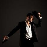 摆在匪徒衣服的英俊的男性舞蹈家 免版税库存图片