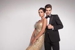 摆在反对演播室背景的时尚夫妇 免版税库存图片