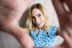 摆在反对纹理背景的微笑的妇女画象 免版税库存图片