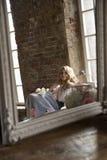 摆在反射在葡萄酒镜子的新娘 库存图片