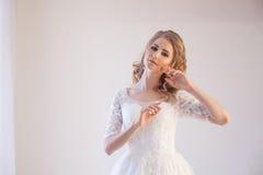 摆在发型和礼服的美丽的新娘 库存照片