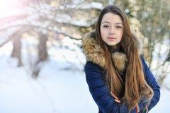 摆在可爱的美丽的青少年的小女孩户外 库存照片