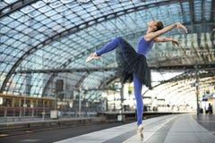 摆在可爱的芭蕾舞女演员户外 库存照片