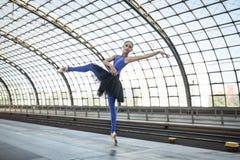 摆在可爱的芭蕾舞女演员户外 库存图片