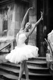 摆在台阶的年轻芭蕾舞女演员妇女 免版税库存图片