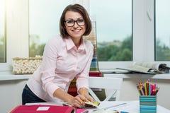 摆在和看您的设计师或建筑师坐在 免版税图库摄影