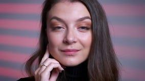 摆在和看照相机的惊人的年轻白种人女性模型特写镜头画象  股票录像