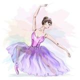 摆在和跳舞在时尚桃红色礼服的年轻和美丽的芭蕾舞女演员 皇族释放例证