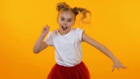 摆在和跳舞在照相机,一点模型,慢动作前的滑稽的活跃女孩 股票录像