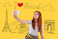 摆在和采取一selfie的少妇在巴黎 库存图片