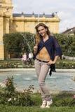 摆在喷泉附近的女孩 免版税图库摄影