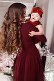 摆在圣诞树旁边的美丽的家庭假日照片 库存图片