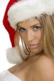 摆在圣诞老人性感的妇女年轻人的盖帽 免版税库存照片