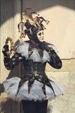 摆在圣Marco广场的黑暗的典雅的说笑话者 免版税库存图片