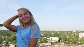 摆在在一件蓝色圆点礼服的屋顶的女孩 影视素材