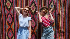 摆在在老东部东方地毯前面的街道上的两旅游女友 股票录像