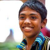 摆在地方市场上的男孩在斯里兰卡- 2014年4月2日 免版税库存照片