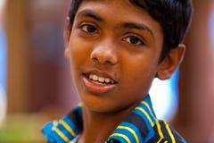 摆在地方市场上的男孩在斯里兰卡- 2014年4月2日 免版税库存图片