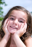 摆在垂直的逗人喜爱的女孩 免版税库存照片