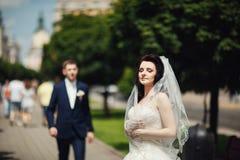 摆在城市公园胡同的婚礼夫妇 库存图片