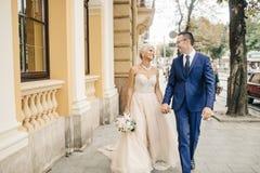 摆在城市的婚礼夫妇 免版税库存照片