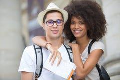 摆在城市的美好的年轻旅游夫妇 免版税库存照片