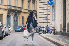 摆在城市街道的美丽的女孩 免版税库存照片