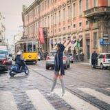 摆在城市街道的美丽的女孩 库存照片
