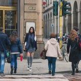 摆在城市街道的美丽的女孩 免版税图库摄影