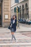 摆在城市街道的美丽的女孩 图库摄影