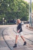 摆在城市街道的美丽的女孩 库存图片