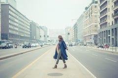 摆在城市街道的美丽的年轻浅黑肤色的男人 免版税库存照片