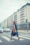 摆在城市街道的美丽的年轻浅黑肤色的男人 图库摄影