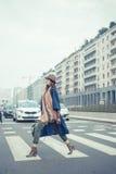 摆在城市街道的美丽的年轻浅黑肤色的男人 免版税库存图片