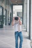 摆在城市街道的年轻英俊的人 免版税图库摄影