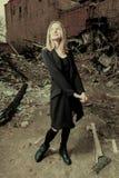 摆在城市衰退区域的年轻贴身衬衣女孩查找被定调子的colorized图象 库存照片
