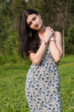 摆在夏天公园的年轻俏丽的妇女 免版税图库摄影