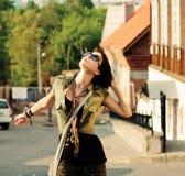 摆在夏天我的女孩室外嫩时尚画象 免版税库存照片