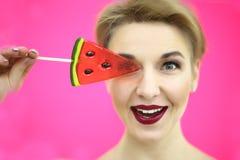 摆在夏天样式成套装备的蓝色桃红色背景的年轻性感的滑稽的时尚女孩演播室特写镜头五颜六色的画象  免版税库存图片