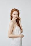 摆在外形的美丽的红头发人女孩看照相机 图库摄影