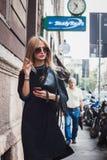 摆在外部朱拜勒时装表演的妇女修造在米兰妇女的时尚星期2014年 免版税库存照片