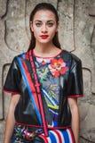 摆在外部朱拜勒时装表演的妇女修造在米兰妇女的时尚星期2014年 库存照片