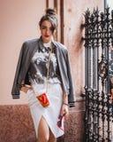 摆在外部朱拜勒时装表演的妇女修造在米兰妇女的时尚星期2014年 免版税库存图片